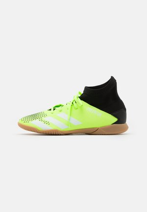 PREDATOR 20.3 FOOTBALL SHOES INDOOR UNISEX - Halówki - signal green/footwear white/core black