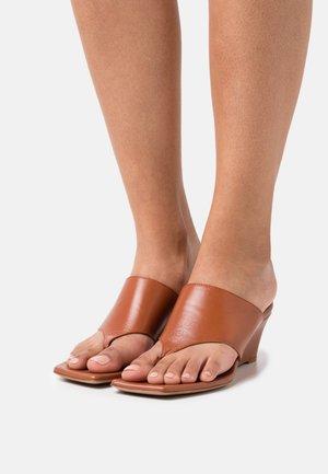 WEDGES - Sandály s odděleným palcem - cognac