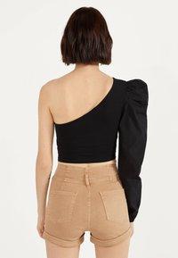Bershka - UND UMGESCHLAGENEM SAUM  - Denim shorts - brown - 3