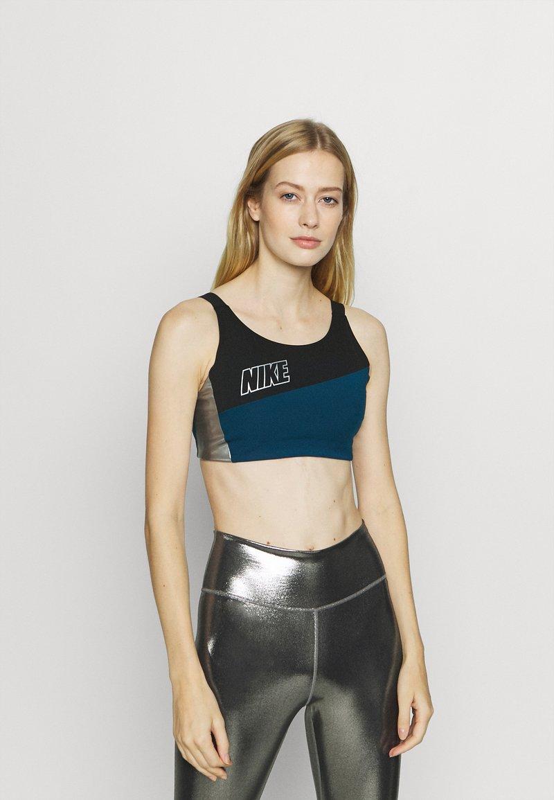 Nike Performance - LOGO BRA PAD - Sujetadores deportivos con sujeción media - valerian blue/black/metallic cool grey