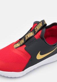Nike Performance - FLEX RUNNER UNISEX - Neutrala löparskor - university red/metallic gold/dark smoke grey/white - 5