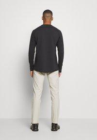 Peak Performance - PLAYER PANT - Trousers - dwell beige - 2