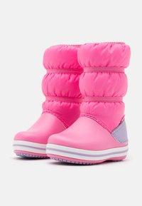 Crocs - CROCBAND WINTER - Botas para la nieve - pink lemonade/lavender - 1