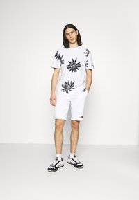 Calvin Klein - SUMMER GRAPHIC PRINT  - Shorts - bright white - 1
