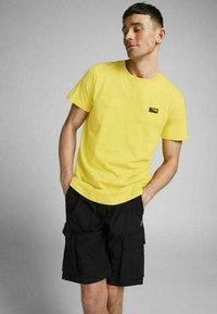 Jack & Jones - SLIM FIT - Print T-shirt - yellow - 4
