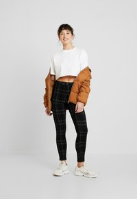 Missguided Petite - VICE CHECKED HIGHWAISTED  - Jeans Skinny Fit - black - 1