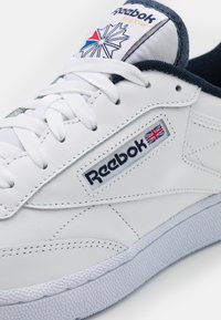 Reebok Classic - CLUB C 85 UNISEX - Trainers - white/vector navy - 5