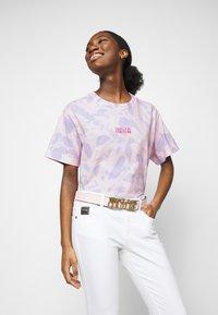 Versace Jeans Couture - Triko spotiskem - blue bell/pink confetti - 4