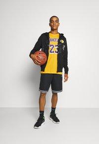 Nike Performance - NBA LOS ANGELES LAKERS LEBRON JAMES NAME AND NUMBER TEE - Klubbkläder - amarillo - 1