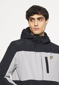 Lyle & Scott - COLOUR BLOCK ZIP THROUGH JACKET - Summer jacket - dark navy - 4