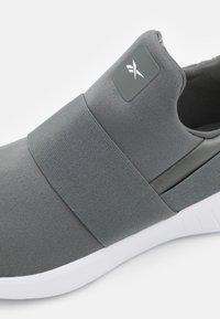 Reebok - LITE SLIP 2.0 - Hardloopschoenen neutraal - essential grey/white - 5