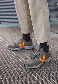 Veja - VENTURI - Trainers - kaki/neon orange - 2
