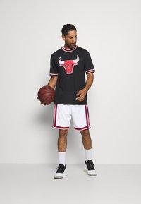New Era - NBA CHICAGO BULLS OVERSIZED APPLIQUE TEE - Klubové oblečení - black - 1
