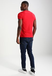 Tommy Hilfiger - STRETCH SLIM FIT TEE - T-shirt con stampa - haute red - 2