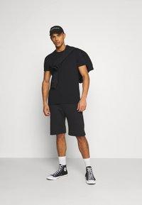 YOURTURN - UNISEX SET - Shorts - black - 1