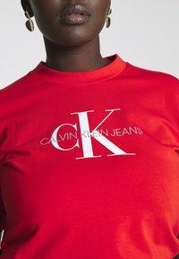 Calvin Klein Jeans Plus - MONOGRAM STRAIGHT - T-shirt con stampa - fiery red - 4