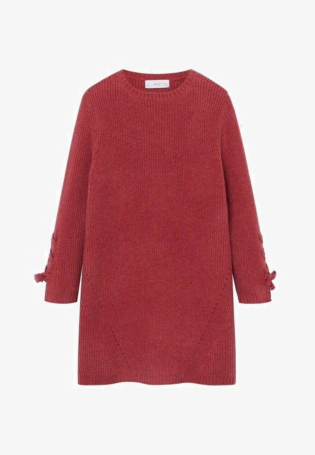 LOUISE - Pletené šaty - aardbeirood