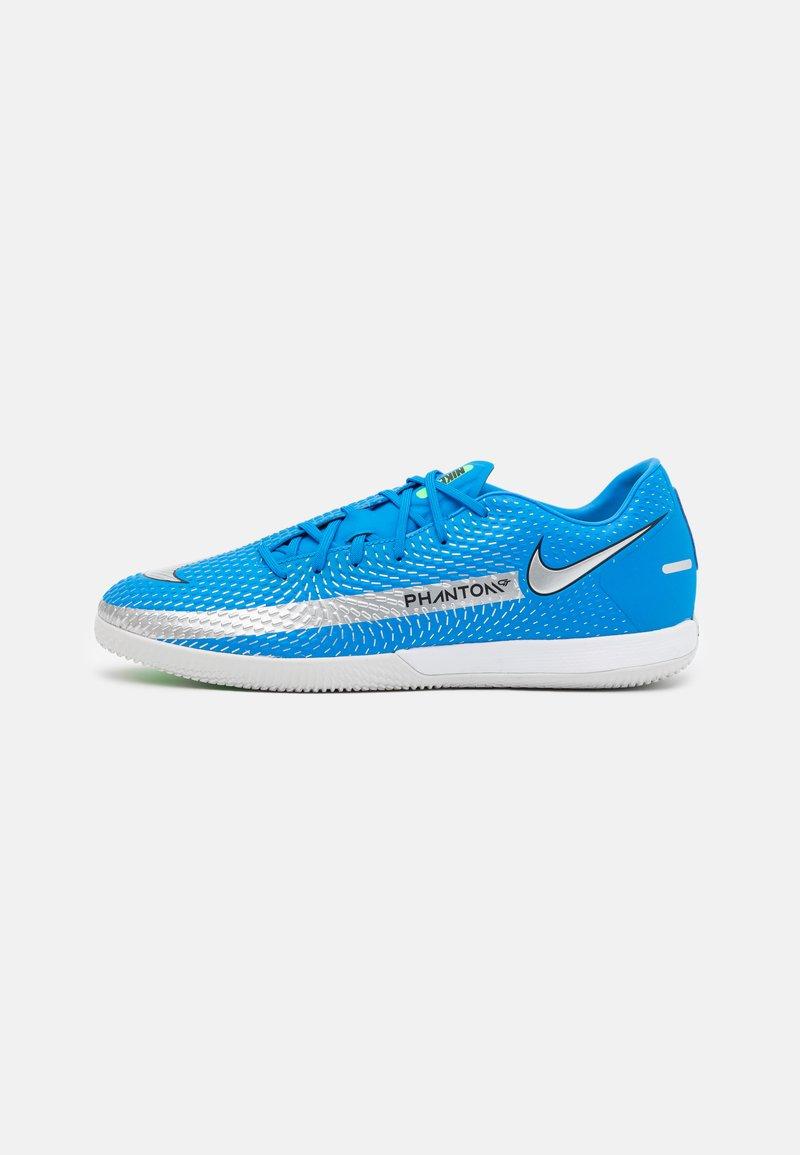 Nike Performance - PHANTOM GT ACADEMY IC - Indoor football boots - photo blue/metallic silver/rage green