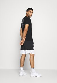 ASICS - GRAPHIC TEE - Camiseta estampada - performance black - 1