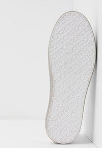 Tommy Hilfiger - GLITTER FOXING DRESS SNEAKER - Sneakers - white/silver - 6