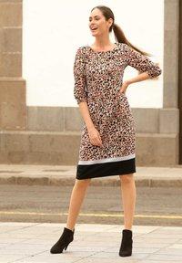 Laura Kent - Day dress - sand schwarz - 1