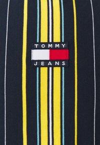 Tommy Jeans - CENTRE BADGE  - T-shirt imprimé - twilight navy/multi - 2