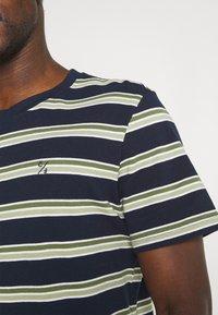 Casual Friday - THOR STRIPE TEE - Print T-shirt - navy blazer - 4