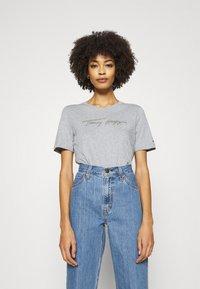 Tommy Hilfiger - REGULAR OPEN SCRIPT TEE - T-shirt print - light heather grey - 0