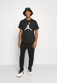 Jordan - JUMPMAN FILL CREW - T-shirt con stampa - black/white - 1