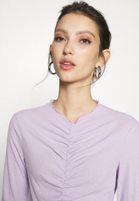 Monki - RUCHIE - Long sleeved top - solid lilac - 3