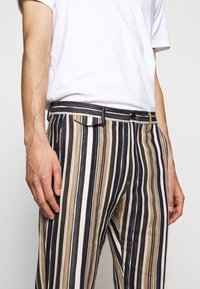 CLOSED - ATELIER CROPPED - Trousers - golden oak - 3