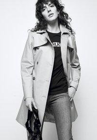 HUGO - THE SLIM TEE - T-shirts med print - black - 4
