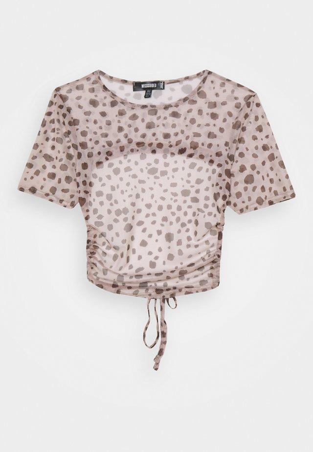 CUT OUT BACK CROP - T-shirt imprimé - brown