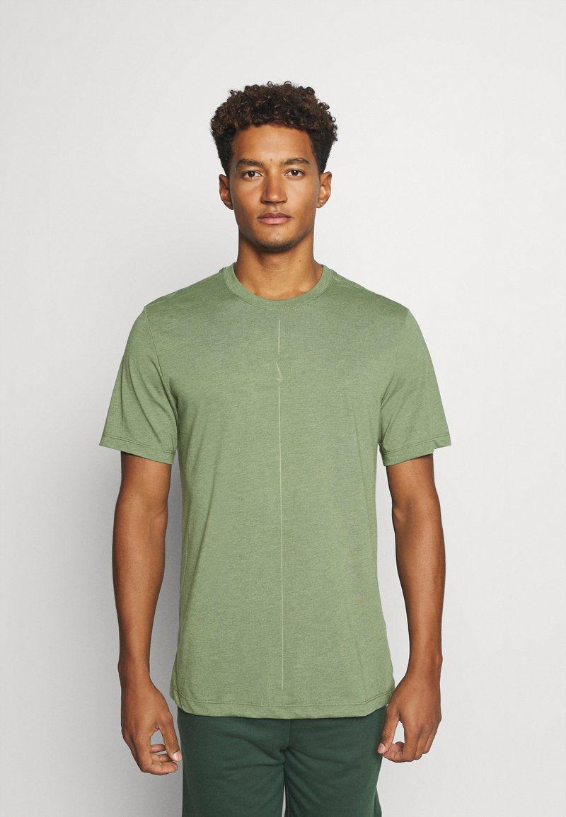 Nike Performance - DRY TEE YOGA - Camiseta básica - galactic jade/oil green