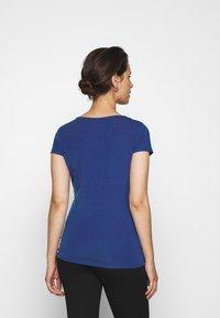 MAMALICIOUS - MLSHANA TESS CAP - Camiseta estampada - mazarine blue - 2