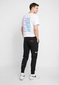 Nike Sportswear - Pantalones deportivos - black/white - 2