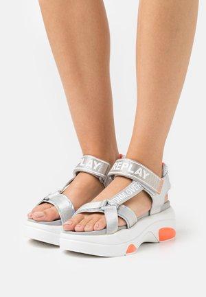 WELLOW - Sandały na platformie - silver