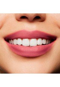 MAC - POWDER KISS LIQUID LIPCOLOUR - Vloeibare lippenstift - more the mehr-ier - 3