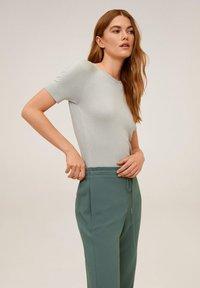 Mango - SEMIFLU - Trousers - grün - 4