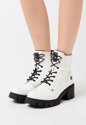 Kotníkové boty na platformě - weiß/schwarz