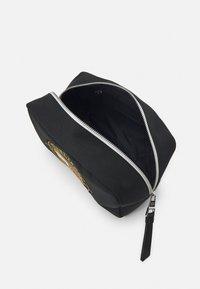 Tommy Hilfiger - SIGNATURE WASHBAG UNISEX - Wash bag - black - 2