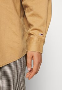 Tommy Jeans - BADGE DETAIL - Button-down blouse - country khaki - 5