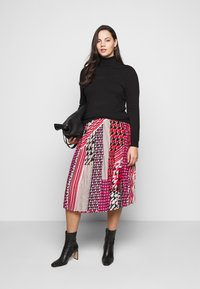 CAPSULE by Simply Be - PRINT PLEAT MIDI SKIRT - Pleated skirt - pink/black - 1