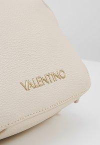 Valentino by Mario Valentino - ALMA - Sac bandoulière - off white - 5