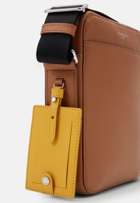 Le Tanneur - EMILE SMALL CROSS BODY BAG - Across body bag - tan/arnica - 4