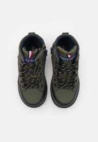 Tommy Hilfiger - Sneakers hoog - military green - 3