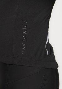 ONLY PLAY Petite - ONPPERFORMANCE BIKE PETIT - T-Shirt print - black/green ash - 4