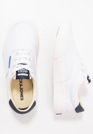 JRMORK - Tenisky - bright white