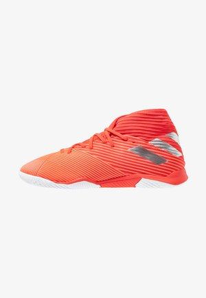 NEMEZIZ 19.3 IN - Indoor football boots - activ red/silver metallic/solar red