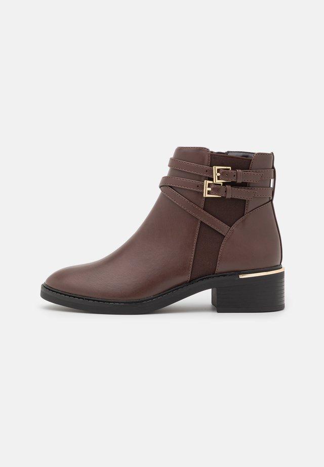 MINKIE MULTISTRAP CLIP CHELSEA - Boots à talons - choc